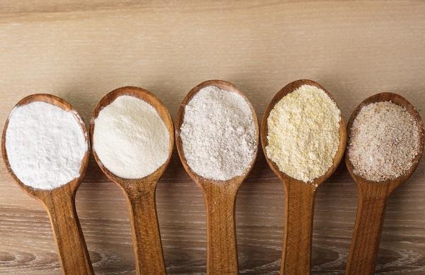 На фото – образцы пшеничной муки разных сортов